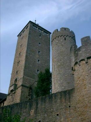 http://www.burgenreich.de/pictures/Burgruine%20Starkenburg/Burgruine%20Starkenburg%20Bergfried%20und%20Wehrturm.jpg